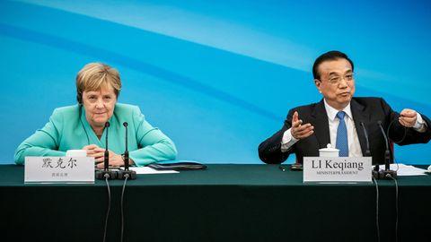 Bundeskanzlerin Angela Merkel (CDU)sitzt neben Li Keqiang, Ministerpräsident von China