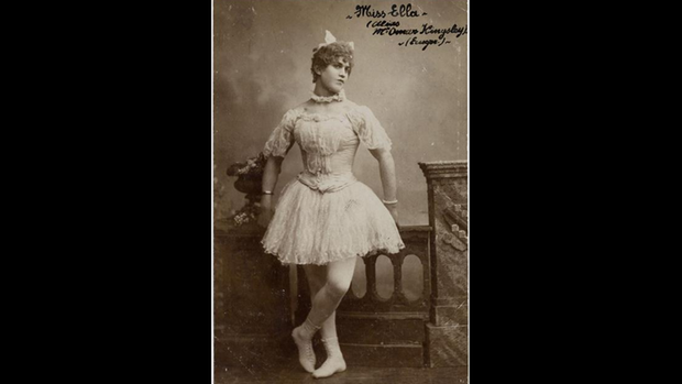 """Ein Portrait von """"Miss Ella"""" in ihrem Bühnenkostüm"""