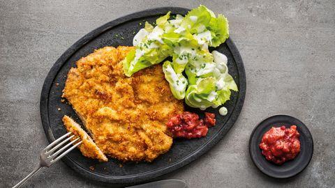 """Ein Klassiker aus dem neuen Standardwerk """"kochen."""": Wiener Schnitzel mit einemmodernen Rhabarber-Preiselbeer-Kompott und einem Endiviensalat"""