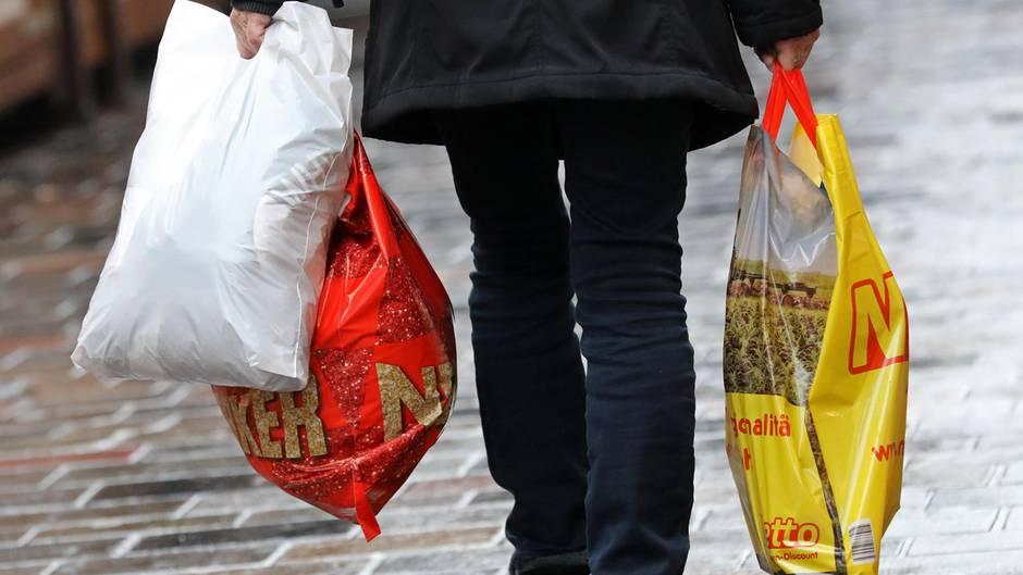 Eine Frau trägt ihre Einkäufe in Plastiktüten nach Hause. Ein Bild, das bald der Vergangenheit angehören könnte.