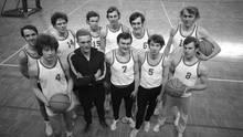 Mannschaftsfoto des USC Muenchen Basketball aus den 70er Jahren.Rainer Pethran steht in der hinteren Reihe, vierter von links