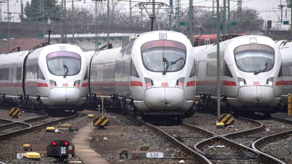 """In der Neuerscheinung""""Schaden in der Oberleitung"""" schreibt Arno Luik,einer der profiliertesten Bahn-Kritiker, überLobbyismus, Stuttgart 21 undHochgeschwindigkeitszüge - undüber falsche Weichenstellungen."""