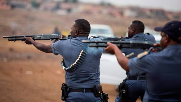 Die Polizei feuert Gummigeschosse ab, um die Randalierer in der Gemeinde Johannesburg Katlehong zu zerstreuen