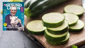 Cucurbitacin: Eine Zucchini liegt auf einem Schneidebrett