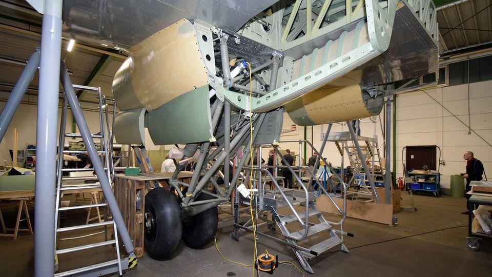 """Die Focke Wulf 200 """"Condor"""" war das erste Flugzeug, das 1938 nonstop von Berlin nach New York geflogen ist. In einer Airbus-Halle in Bremen wird ein Exemplar als Ausstellungsstück renoviert. Im Bild ein Fahrwerksschacht der FW200."""