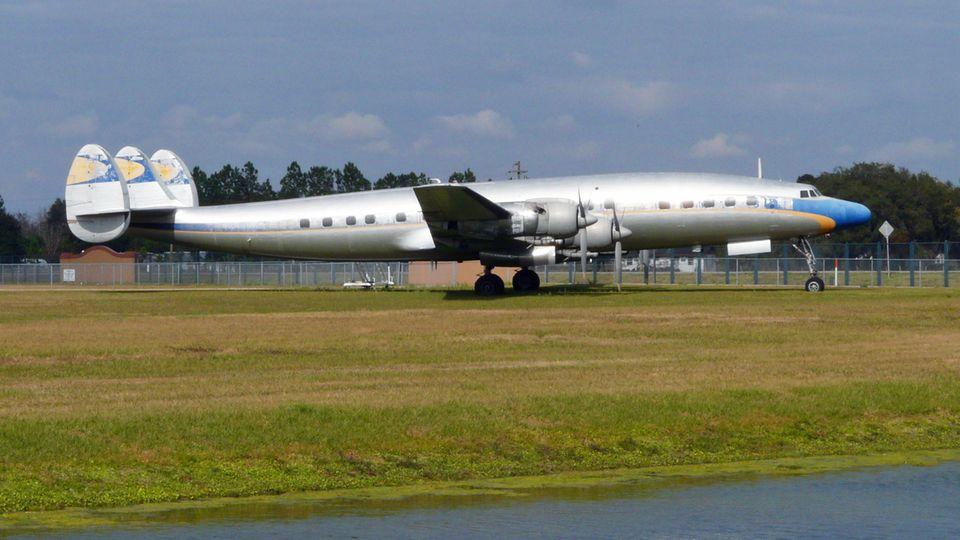 Noch vor der Renovierung: eines der drei Exemplare derLockheed L-1649A Starliner mit der alten Lufthansa-Bemalungaus den 50er Jahrenauf einem Flugplatz in Florida.
