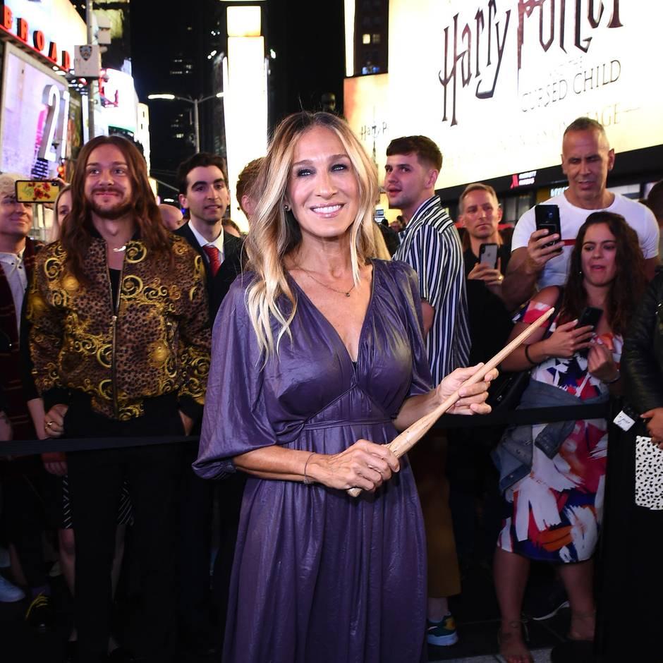 """""""Harry Potter""""-Aktion: Sarah Jessica Parker steht mit Zauberstab am Times Square – und lässt Dementoren los"""