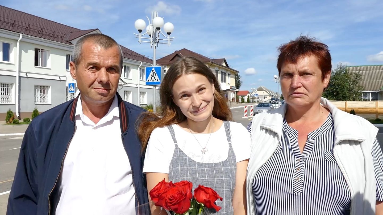 Vater Viktor, Tochter Julia Alpatowa und Mutter Ljudmila nach ihrem ersten Wiedersehen
