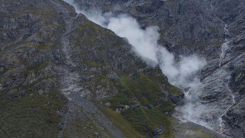 Kurz nach dem Bergrutsch stiegen große Staubwolken auf