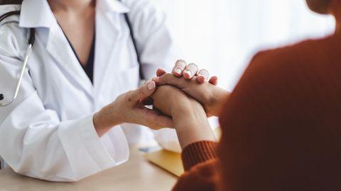 Ärzte-Appell: Eine Ärztin hält die Hand einer Patientin