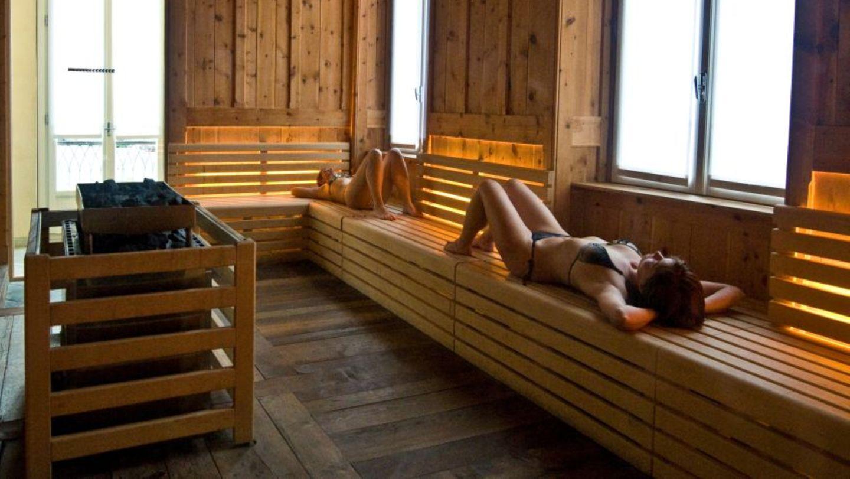 In sauna nackt der Hausfrauen Nackt