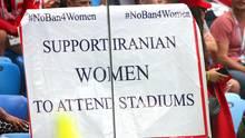 Seit der Islamischen Revolution1979 ist es iranischen Frauen verboten, Fußballstadien zu besuchen.