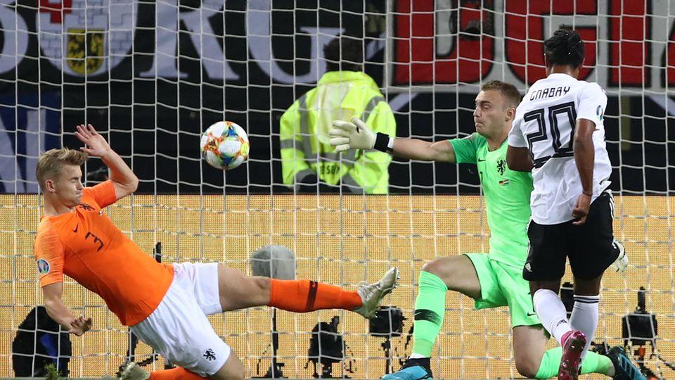 Serge Gnabry (r.) aus der deutschen Elf erzielt das Tor zum 1:0
