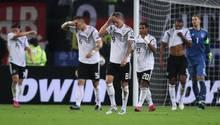 Nico Schulz, Niklas Süle, Toni Kroos Serge Gnabry, Jonathan Tah und Manuel Neuer (v.l.n.r.) nach der Niederlage gegen Holland