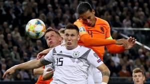 Niklas Süle verliert vor dem Eigentor von Tah ein Kopfballduell gegen Virgil van Dijk