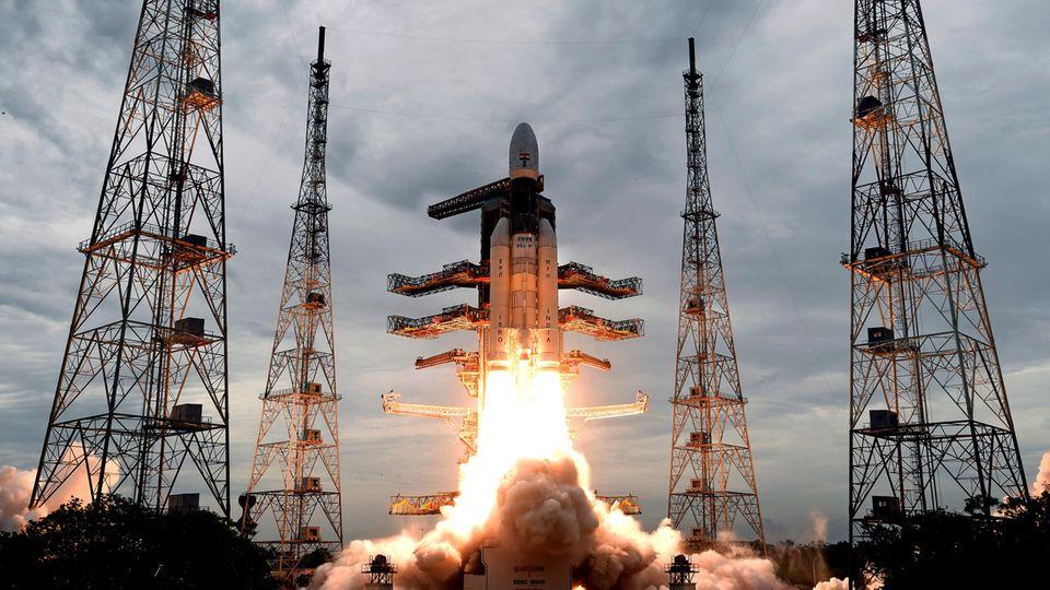 """Dieses Foto zeigt wie eine Trägerrakete vom Typ GSLV Mark-III mit der unbemannten Sonde """"Chandrayaan-2""""startet. Eigentlich wollten Indien als viertes Land nach den USA, der Sowjetunion und China auf dem Mond landen. Die Mission ist misslungen."""