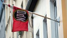 Eine Fahne der NPD hängt an der Parteizentrale in Berlin