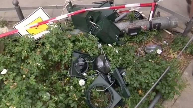 Tragischer Unfall in Berlin : Porsche erfasst vier Menschen, darunter auch ein Kleinkind
