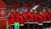 Die albanische Nationalmannschaft singt die Hymne