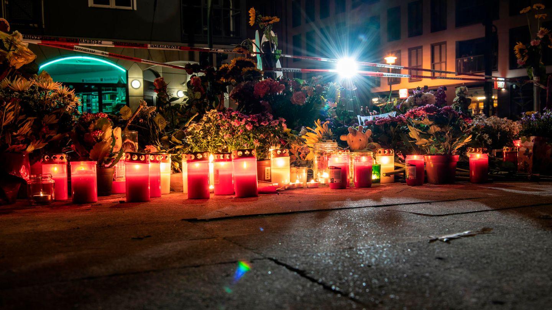 Blumen und Kerzen haben Trauernde an der Stelle abgelegt, an der am Freitagabend vier Menschen gestorben waren.