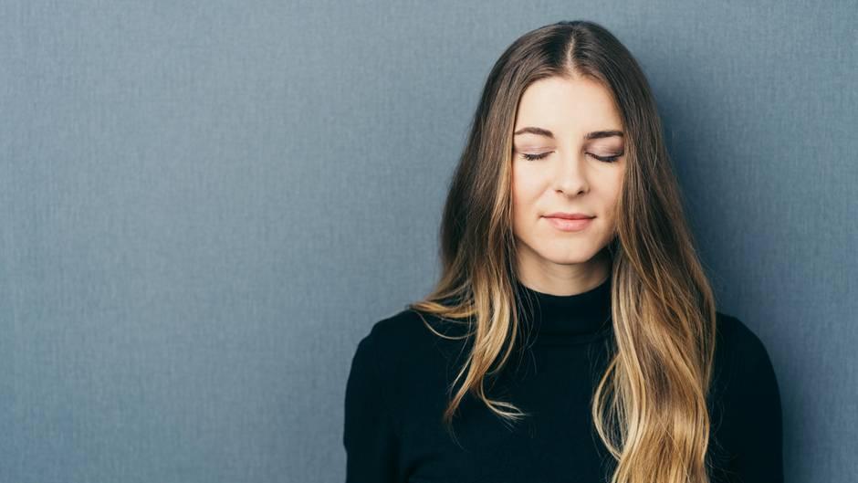 Psychotherapie: Eine junge Frau schließt die Augen