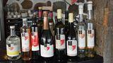 Arilds Vingård: Rot-, Weißwein- und Schnapsflaschen