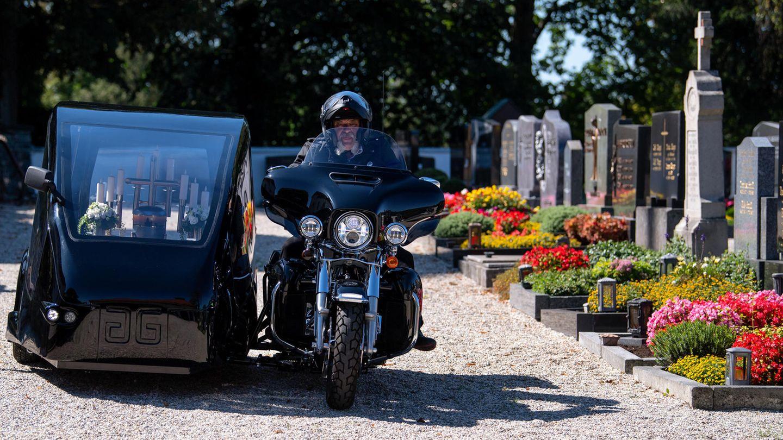 Bestatter fährt mit Harley über Friedhof
