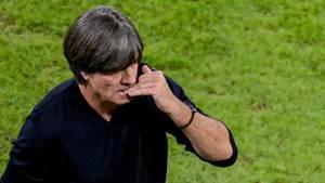 Joachim Löw knabbert an Fingernägeln