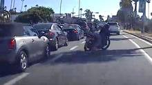 Motorradfahrer auf einer befahrenen Straße