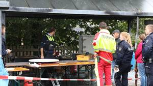 Polizisten und Feuerwehrleute auf dem Gelände in Freudenberg nach einer tödlichen Fettexplosion