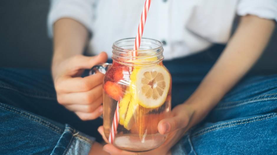 Trinken Sie mehr Wasser!  Eine Studie hat herausgefunden, dass bereits ein Glas Wasser (500 ml) vor einer Mahlzeit den Heißhunger stillt.
