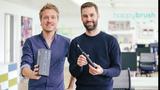 """Mit dem Auftritt bei DHDL 2017 wollten Happybrush den Markt für elektrische Zahnbürsten aufwirbeln (Wir haben die Zahnbürsten getestet). Das ist den beiden GründernStefan Walter (l.) und Florian Kiener offenbar auch gelungen. """"Die vergangenen zwei Jahre seit der Gründung waren eine abenteuerliche und spannende Zeit. Wir konnten im letzten Jahr über 6 Millionen Euro Umsatz erzielen und damit um das 25-fache gegenüber 2016 wachsen. Seit unserer Gründung haben wir bereits etwa 750.000 Produkte verkauft"""", so die Gründer im vergangenen Jahr. Aktuell sucht das Unternehmen einen strategischen Investor und peilt einen Umsatz im mittleren bis hohen siebenstelligen Bereich an."""