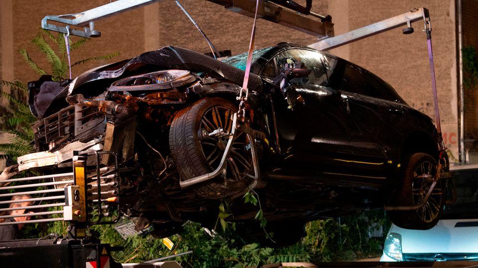 Der zerstörte Porsche wird in Berlin Mitte auf einen Abschleppwagen gehoben.