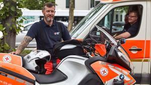 Bikerund Retter  Das Ehrenamtfür Biker:Motorrad fahrenfür die gute Sache beim Deutschen Roten Kreuz.So wie Henry Markowski. Neben seinem Vollzeitjob engagiert sich der begeisterte Biker bei derDRK-Zweiradstaffel und absolviert dort gerade die Ausbildungzum Rettungssanitäter.  Wer also von seinemeigenen Zweirad auf eine der speziell ausgerüsteten BMW umsteigen und zudem noch eine fundierte Sanitätsausbildung genießen möchte - hier ist die Gelegenheit. Die ehrenamtlichen DRK-Biker werden als sogenannte First Responder eingesetzt, die noch vor den eigentlichen Rettungskräften eintreffen und die Erstversorgung sicherstellen.