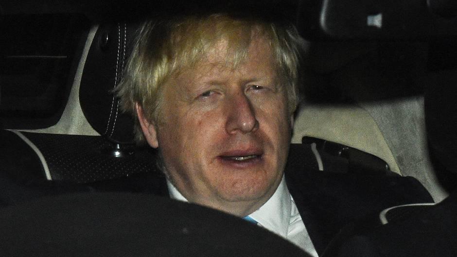 Boris Johnson, Premierminister von Großbritannien, verlässt in einem Auto das britische Parlamentsgebäude.