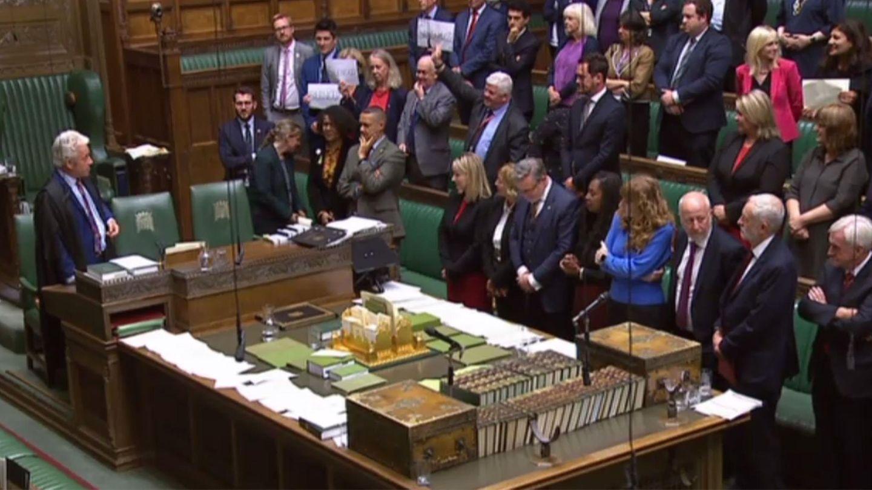 Während John Bercow spricht, halten einige Parlamentsmitglieder Schilder aus Protest hoch