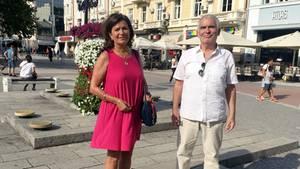 Die Friseurmeisterin Anna Holt (l) mit Hund Meggi und Werner Christes stehen auf einem Platz
