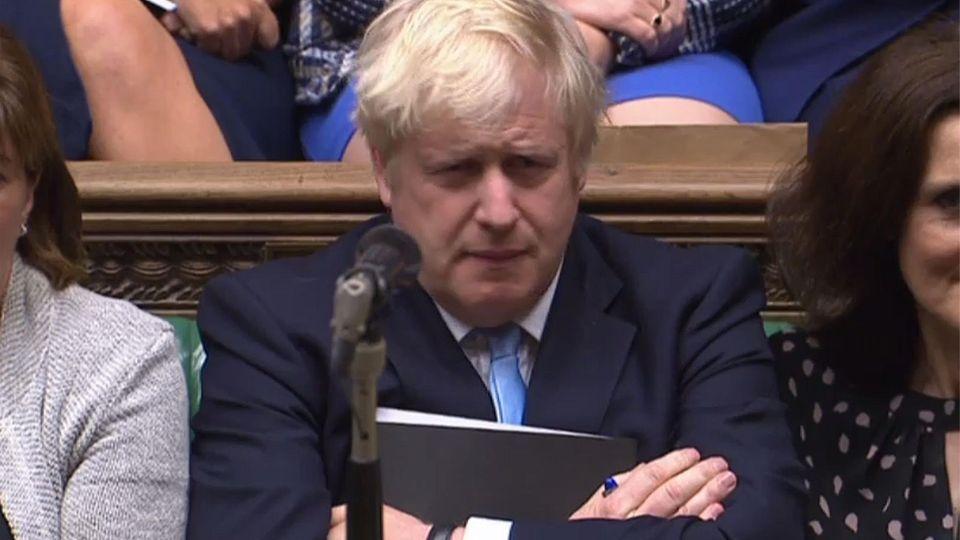 Boris Johnson guckt während der Parlamentssitzung skeptisch