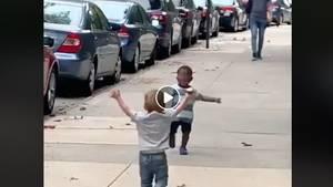 Zwei kleine Jungen rennen aufeinander zu