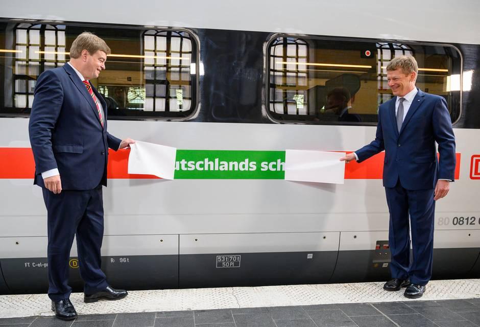 Der roteStreifen wird grün:Enak Ferlemann (links), Parlamentarischer Staatssekretär für Verkehr und digitale Infrastruktur, und Richard Lutz, Vorstandsvorsitzender der Deutschen Bahn AG (rechts)...
