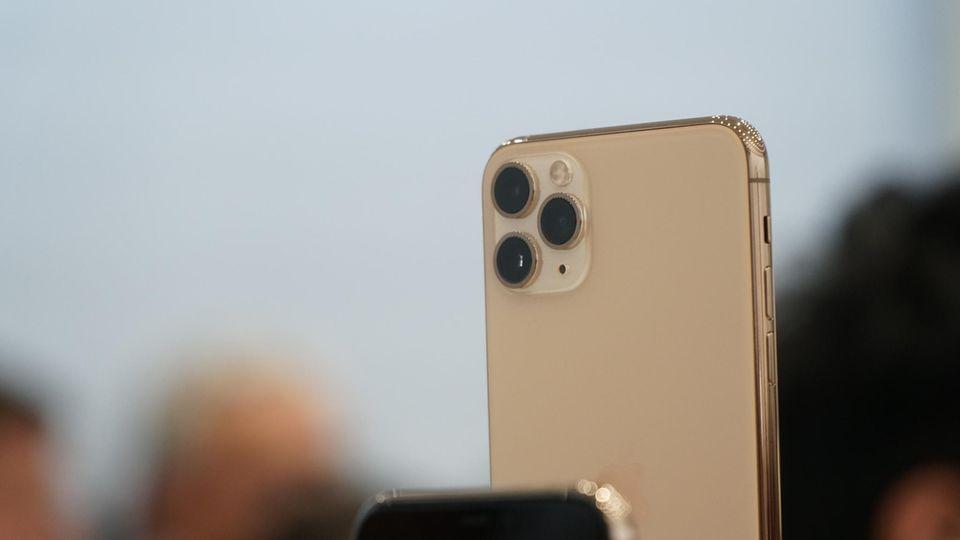Apple-Event: Der markanteste Hingucker: Die Dreifachkamera des neuen iPhone 11 Pro. Mit ihr kann man nicht nur heranzoomen, sondern auch per Weitwinkel mehr Umgebung einfangen. Die Optik dürfte in nächster Zeit die Blicke anziehen.