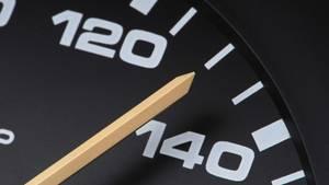 Die Nadel eines Tachos zeigt 130 an