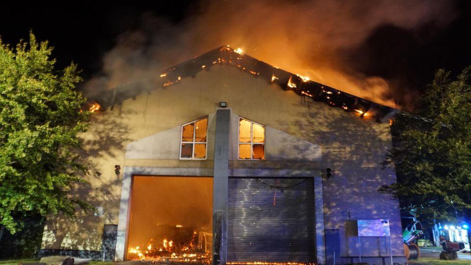 In der Biogasanlage in der Kleinstadt ist ein Großbrand ausgebrochen
