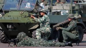 Venezolanische Soldaten proben an der Grenze zu Kolumbien den Ernstfall
