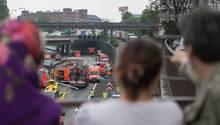 Schaulustige – Gaffer – beobachten Unfall von Brücke in Berlin