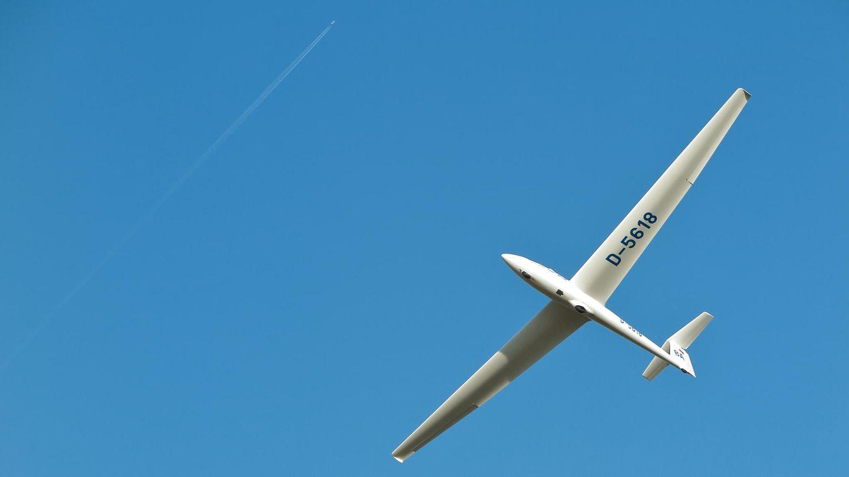 Segelflugzeuge wie diese ASK-21 benötigen nur zum Start Treibstoff, danach halten sie sich über Stunden und weite Strecken allein durch Sonnenkraft in der Luft - wenn das Wetter mitspielt.