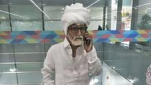 Der 32 Jahre alteJayesh Patel verkleidet als81-Jähriger auf dem internationalen Flughafenin Neu Delhi