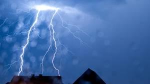 Symbolfoto eines Blitzes - auf Mallorca wüten derzeit heftige Unwetter