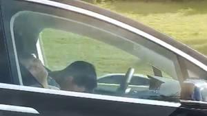 Der Tesla-Fahrer ist offensichtlich hinter dem Lenkrad eingeschlafen.