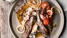 Gebratene Lammleber mit Bohnenpüree, Zwiebeln, Tomaten und Minzjoghurt